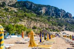 Взгляд пляжа с стульями и зонтиками стоковые изображения