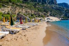 Взгляд пляжа с стульями и зонтиками Стоковые Изображения RF