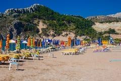 Взгляд пляжа с стульями и зонтиками Стоковая Фотография