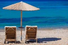 Взгляд пляжа с стульями и зонтиками Стоковое фото RF