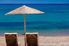 Взгляд пляжа с стульями и зонтиками Стоковые Фото