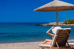 Взгляд пляжа с стульями и зонтиками Стоковое Фото