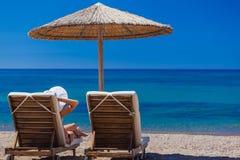 Взгляд пляжа с стульями и зонтиками Стоковые Фотографии RF