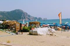 Взгляд пляжа Cleopatra: море, песок, кровати солнца и зонтики пляжа Стоковое Изображение