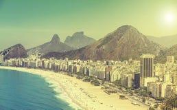 Взгляд пляжа Copacabana винтажный в Рио-де-Жанейро Стоковые Фото
