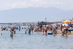 Взгляд пляжа Katerini в Греции Люди наслаждаются свежей стоковое фото