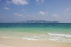Взгляд пляжа Railay скал от пляжа на острове Poda, Pr Krabi Стоковые Фотографии RF