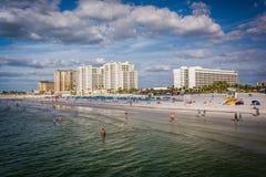 Взгляд пляжных гостиниц и пляжа от пристани рыбной ловли внутри стоковые фотографии rf