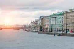 Взгляд рассвета и потока Санкт-Петербурга на реке Neva Стоковые Фото