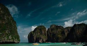 Взгляд рая залива с водой бирюзы, окруженный утесами и яхтами Стоковые Изображения RF
