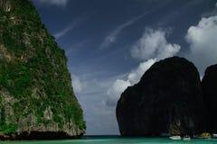 Взгляд рая залива с водой бирюзы, окруженный утесами и яхтами Стоковое Фото