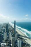 Взгляд рая серфера, towering небоскребы с driftin облаков Стоковое Изображение