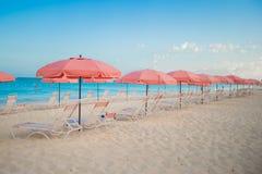 Взгляд рая тропического пустого песчаного пляжа Стоковые Фото