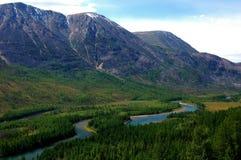Взгляд реки в долине горы от перевала Стоковое Изображение