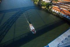 Взгляд реки Дуэро от моста Dom Луис i, moving шлюпки и тени на воде, Порту Стоковая Фотография
