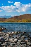 Взгляд реки и гор с скалистым побережьем Стоковая Фотография RF