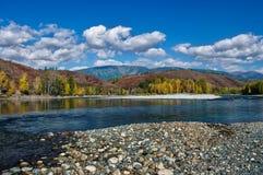 Взгляд реки и холмов с каменистым берегом Стоковое Фото