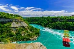 Взгляд реки Ниагарского Водопада с туристами в катании предпосылки через воздух в фуникулере Стоковая Фотография RF