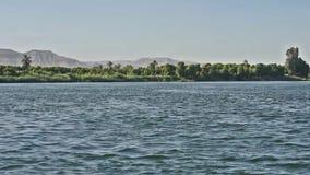 Взгляд реки Нила в Египте показывая западный берег Луксора сток-видео