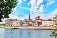 Взгляд реки Сены и большинств красивых городов в мире - Стоковое фото RF