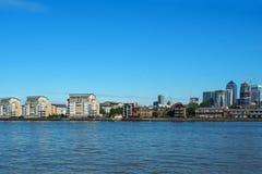 Взгляд реки Темзы и канереечного причала в Лондоне, Великобритании увиденной от Гринвича Стоковое Изображение RF