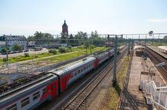 Взгляд рельса терминальные пути Okulovka и рельса в дне лета солнечном Стоковое Изображение RF