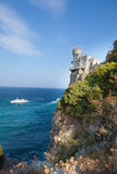 Взгляд романтичного гнезда ласточки дворца, раскрытый на скале Стоковая Фотография