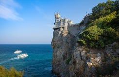 Взгляд романтичного гнезда ласточки дворца, раскрытый на скале Стоковые Фотографии RF