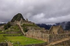 Взгляд руин виска в потерянном городе Inca Machu Picchu Низкое clou Стоковая Фотография