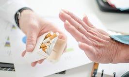 Взгляд руки женщины отказывая сигарету Стоковое Изображение RF