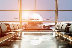 Взгляд самолета от салона авиапорта в крупном аэропорте Стоковые Фото