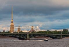 Взгляд Санкт-Петербурга с водой и шпилем моста Стоковое фото RF