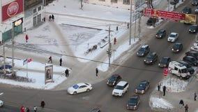 Взгляд сверху автомобилей идя на улицу сток-видео