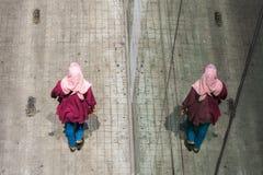 Взгляд сверху азиатских мусульманских женщин идя на тротуар Стоковое Фото