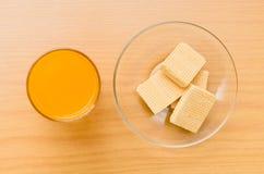 Взгляд сверху апельсинового сока и вафли на деревянном столе Стоковое Изображение RF