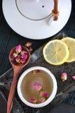Взгляд сверху бака чая и розовой чашки чая Стоковое Фото