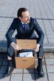 Взгляд сверху безработного человека сидя на footway Стоковые Фотографии RF