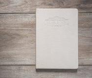 Взгляд сверху белой книги на старой деревянной планке Стоковая Фотография RF