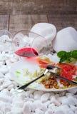 Взгляд сверху белой круглой плиты вполне очень вкусной еды и рюмки на деревянной предпосылке Вкусный деликатес дальше Стоковое Изображение