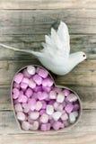 Взгляд сверху белой птицы и много сердце на таблице Стоковое фото RF