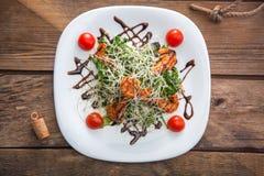 Взгляд сверху белой плиты с салатом с креветками Стоковое Изображение