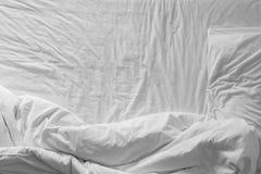 Взгляд сверху белых листов и подушки постельных принадлежностей Стоковое фото RF