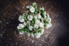 Взгляд сверху белых цветков в плетеной сумке Стоковая Фотография RF