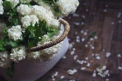 Взгляд сверху белых цветков в плетеной сумке Стоковые Фотографии RF