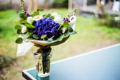 Взгляд сверху букета белой и голубой весны цветет Стоковое Изображение