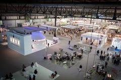 Взгляд сверху будочек и людей на HOMI, выставке дома международной в милане, Италии Стоковые Фотографии RF