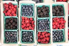 Взгляд сверху близкое вверх изменения ягод на продовольственном рынке Стоковое фото RF