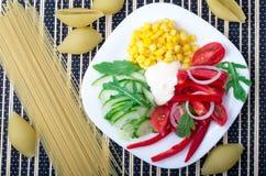 Взгляд сверху вегетарианского блюда сырцовых овощей и моццареллы Стоковое Фото
