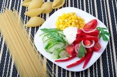Взгляд сверху вегетарианского блюда сырцовых овощей Стоковые Изображения