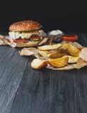 Взгляд сверху взятия фаст-фуда отсутствующее Клин бургера и картошки Стоковое Изображение RF